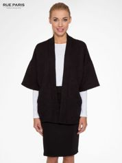 Czarny żakiet kimono o fakturze w geometryczne wzory
