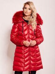 Czerwona pikowana kurtka na zimę z kapturem