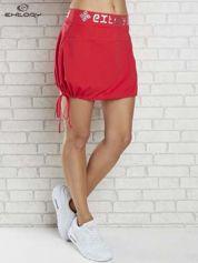 Czerwona spódnica dresowa z nadrukami i troczkiem na dole