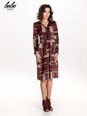 Czerwona sukienka midi w patchworkowy wzór