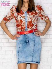 Czerwona sukienka w kwiaty z jeansowym dołem i paskiem