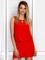 Czerwona sukienka z biżuteryjną wstawką