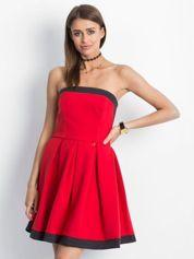 Czerwona sukienka z kontrastową lamówką
