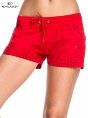 Czerwone damskie szorty sportowe wiązane w pasie