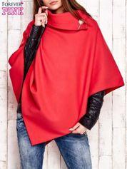 Czerwone poncho z biżuteryjną przypinką