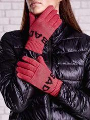 Czerwone rękawiczki z napisem BAD na pięć palców
