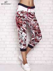 Czerwone spodnie capri z nadrukiem motyli