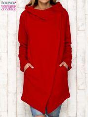 Czerwony płaszcz dresowy z kaskadowym dekoltem