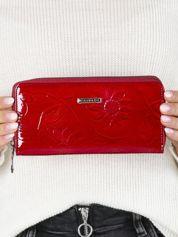 Czerwony portfel damski w kwiaty