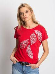 Czerwony t-shirt z roślinnym motywem i perełkami