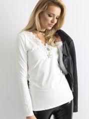Ecru bluzka z koronkowym dekoltem