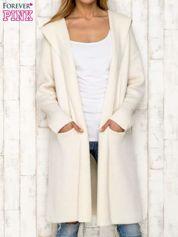 Ecru sweter oversize z melanżowej dzianiny
