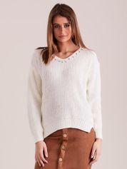Ecru sweter z perełkami