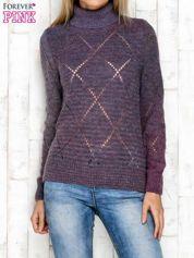 Fioletowy ażurowy sweter z golfem