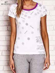 Fioletowy t-shirt w groszki z tekstowym nadrukiem