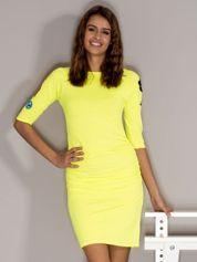 Fluo żółta sukienka z marszczeniami i naszywkami