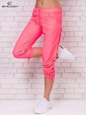 Fluoróżowe spodnie sportowe capri z wiązaniem