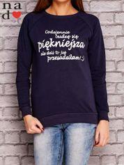 Granatowa bluza z napisem CODZIENNIE BUDZĘ SIĘ PIĘKNIEJSZA