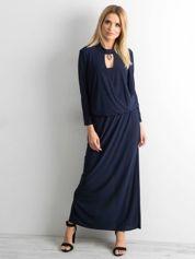Granatowa sukienka maxi z wycięciem