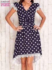 Granatowa sukienka w grochy z koronkowym wykończeniem