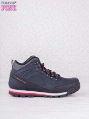 Granatowe buty sportowe z czerwonymi wstawkami i przeszyciami
