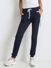 Granatowe spodnie Carter