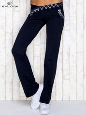 Granatowe spodnie dresowe z srebrnymi wstawkami