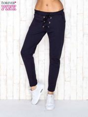 Granatowe spodnie dresowe z wiązaniem
