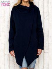 Granatowy płaszcz dresowy z kaskadowym dekoltem