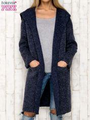 Granatowy sweter oversize z melanżowej dzianiny