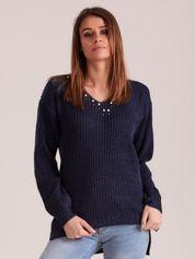 Granatowy sweter z perełkami