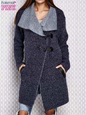 Granatowy sweter ze skórzanymi elementami