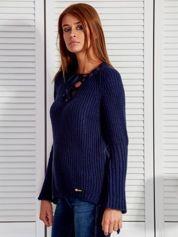 Granatowy sweter ze sznurowanym dekoltem