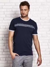 Granatowy t-shirt męski z motywem tekstowym