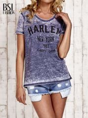 Granatowy t-shirt z napisem HARLEM efekt acid wash