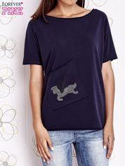 Granatowy t-shirt z ukośną kieszenią i dżetami