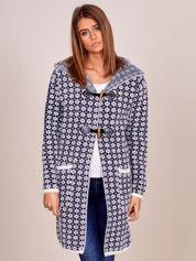 Granatowy zapinany sweter w geometryczne wzory