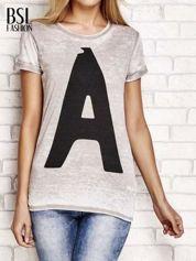 Jasnobrązowy t-shirt z literą A
