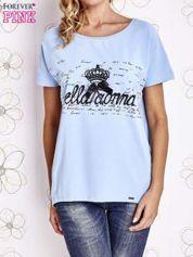 Jasnoniebieski t-shirt z ozdobnym napisem i kokardą
