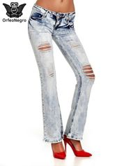 Jasnoniebieskie spodnie jeansowe dzwony z dziurą na kolanie