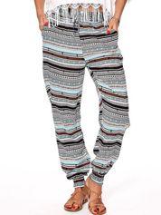 Jasnoniebieskie wzorzyste spodnie ze ściągaczami