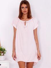 Jasnoróżowa luźna sukienka z wiązaniem