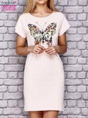 Jasnoróżowa sukienka z cekinowym motylem