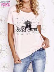 Jasnoróżowy t-shirt z ozdobnym napisem i kokardą