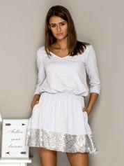 Jasnoszara sukienka dresowa z cekinowym wykończeniem