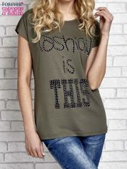 Khaki t-shirt z napisem FASHION IS THIS z dżetami