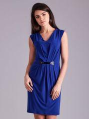 Kobaltowa sukienka z ozdobnym drapowaniem
