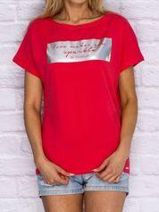 Koralowy t-shirt z błyszczącym nadrukiem