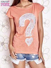 Koralowy t-shirt z nadrukiem znaku zapytania