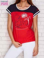 Koralowy t-shirt z tekstowym nadrukiem